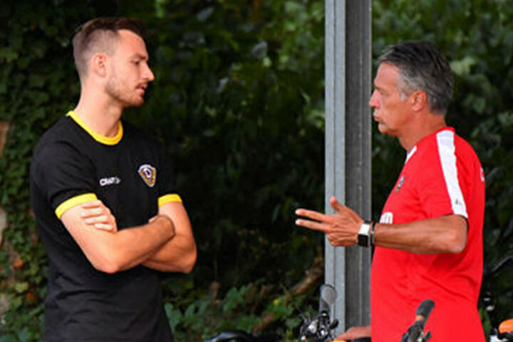 """""""Operieren lassen oder lieber nicht?"""" Florian Ballas (l.) im Gespräch mit seinem Coach Uwe Neuhaus. Der Abwehrchef verpasste aufgrund seiner Schulterverletzung fast die gesamte Vorbereitung."""