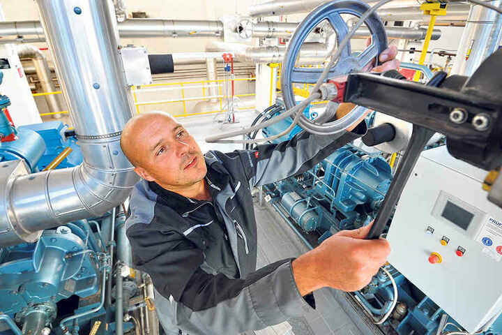 Chemnitz rüstet sich für den Winter. Kältetechniker René Hermann (42) checkt die Anlagen im Eissportzentrum.