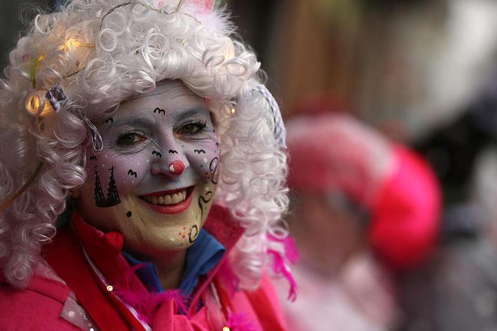 Auf die Details kommt es an. Diese Frau trägt den Kölner Dom im Gesicht.
