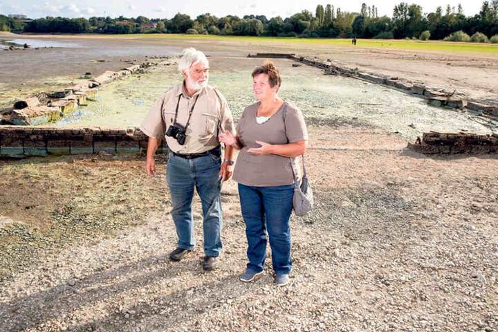 Rainer Sickert (73) traf bei seinem Spaziergang Jutta Ohse (58), die auch in  Malsitz lebte. Vor den Überresten der LPG-Halle tauschten sich beide herzlich  aus.