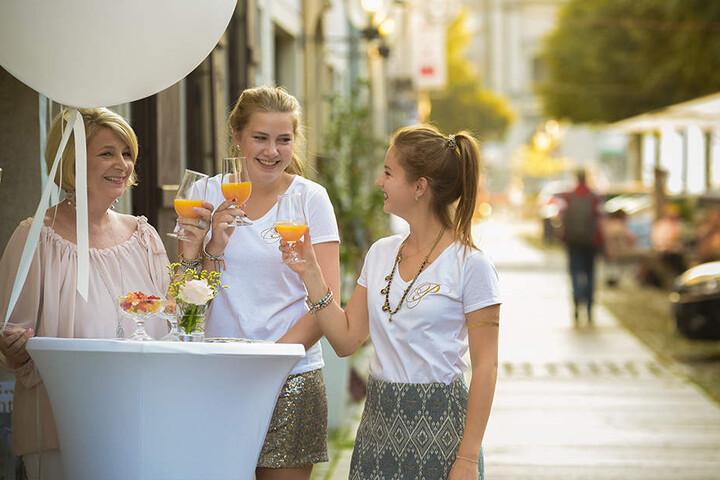 Schon am frühen Abend klirrten die ersten Gläser: Petra Walddorf (57) stieß  mit Tochter Paulina (18) und Patenkind Leonie (17, v.l.) an - erst mal  alkoholfrei ...