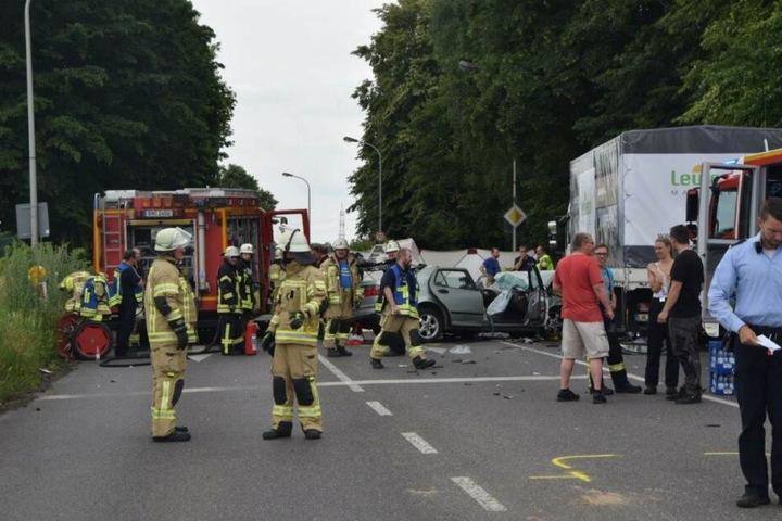 Kameraden der Feuerwehr kümmerten sich um die Unfallopfer.