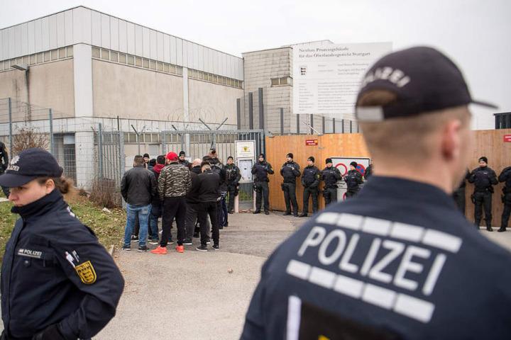 Besucher stehen im März zu Beginn des Prozesses am Eingang des Gerichtsgebäudes.