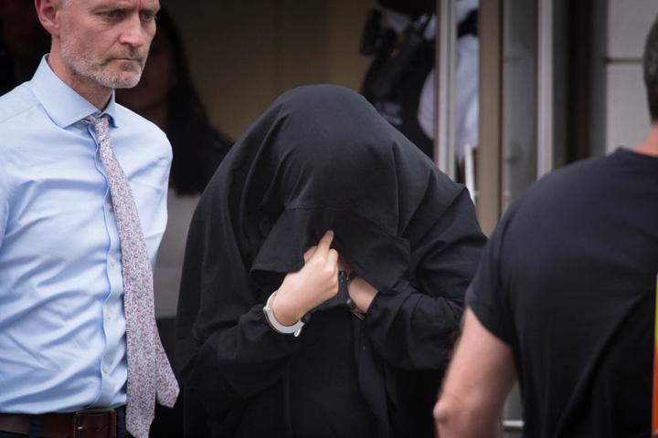 Polizisten führen in London eine Frau ab, die im Zusammenhang mit dem Terroranschlag in London festgenommen wurde.