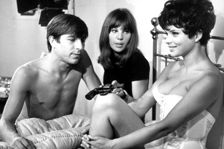 """Hauptdarsteller Werner Enke mit seiner Kollegin Uschi Glas (r.-l.) und Regisseurin May Spils bei Dreharbeiten zu einer Bettszene für den Film """"Zur Sache Schätzchen"""" im August 1967."""