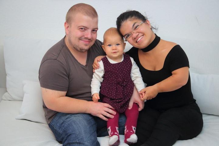 Die kleinen Eltern mit ihrem größten Schatz: Carmen (25) und Friedrich Amm (27) mit Tochter Maya.