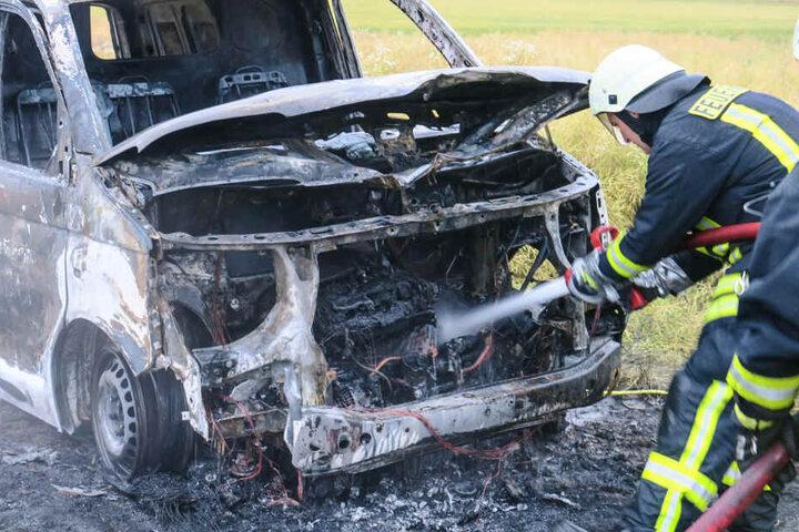 Als die Feuerwehr eintraf, brannte das Fahrzeug schon in voller Ausdehnung.