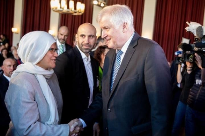 Horst Seehofer zeigt sich auf der Ilsam-Konferenz 2018 in Berlin versönlich. Forderungen stellt er trotzdem.