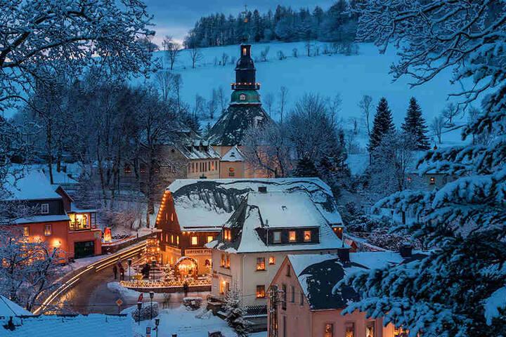 Holzkunst und Romantik - die Seiffener Kirche ist selbst Hauptmotiv vieler Arbeiten.