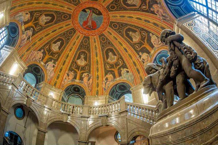 Die historische Kuppelhalle im Rathaus wurde saniert, nur die historischen Leuchten hängen noch nicht.