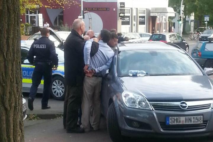 Die Polizei trennte die streitenden Taxifahrer.