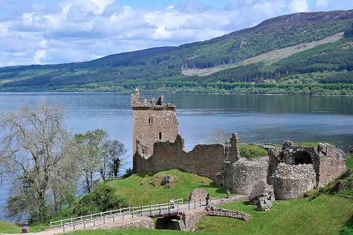 Als Zentrum des Nessie-Tourismus gilt das Dorf Drumnadrochit. Hier mit Blick auf Urquhart Castle.
