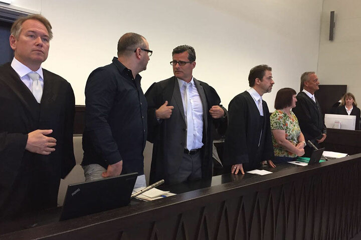 Wilfried W. (2 v. li.) erschien mit seinen Anwälten Detlev Binder (3 v. li.) und Carsten Ernst (li.) vor Gericht.