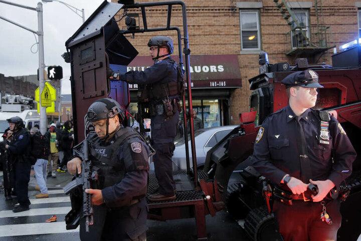 Schwer bewaffnete Polizisten sind während einer Schießerei im Einsatz.