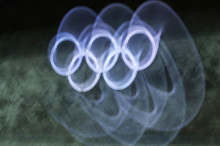 Die erleuchteten Olympischen Ringe während eines Wettkampfs.