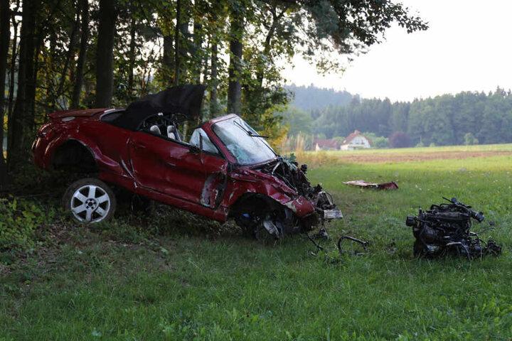 Nachdem das Cabrio von der Straße abkam, überschlug es sich mehrmals und kam er 100 Meter weiter an einem Waldrand zum liegen.