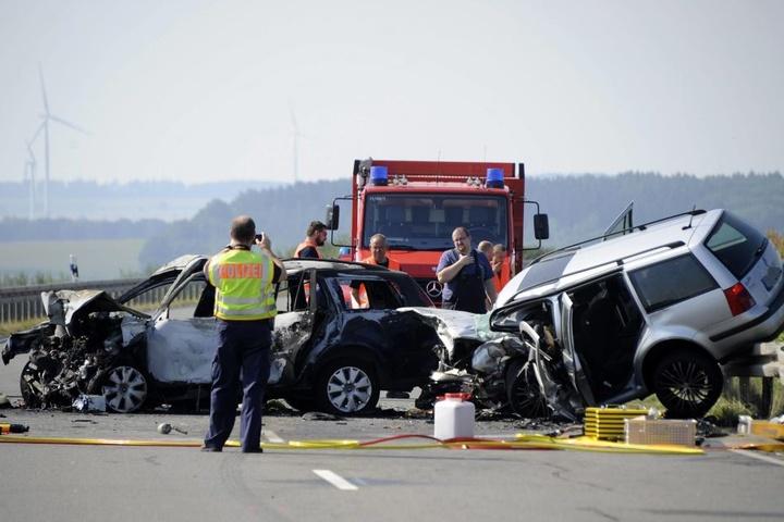 Die beiden Autos waren frontal zusammengestoßen und über die Straße geschleudert.