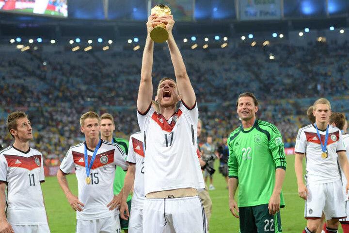 Per Mertesacker reckt 2014 den Weltpokal in den Himmel von Rio.