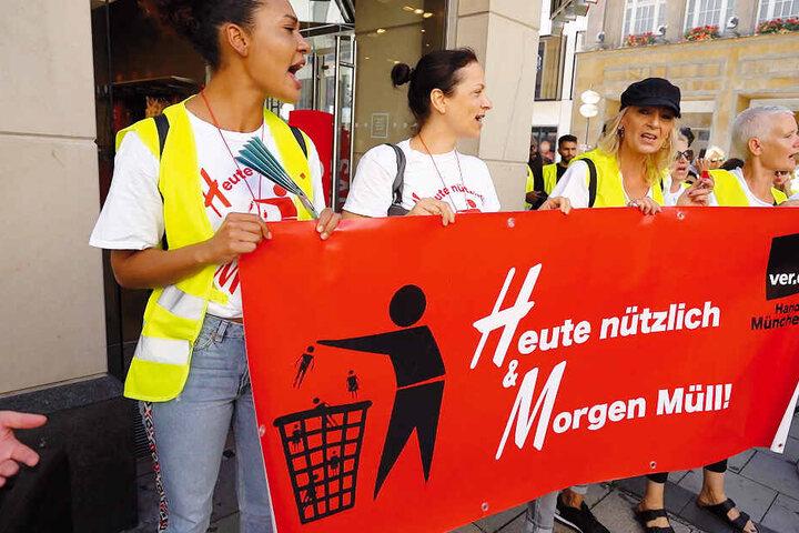 """Arbeitnehmerinnen von """"H&M"""" demonstrieren unter dem Motto """"Heute nützlich & Morgen Müll!"""" gegen die Flexverträge."""