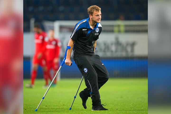 Mit Krücken lief der Mittelfeldspieler im Anschluss an den Sieg gegen den SV Sandhausen über den Platz.