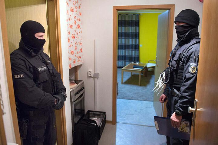 Bundespolizisten durchsuchen hier eine Wohnung in Kassel (Hessen).