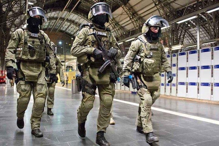 Beamte der Eliteeinheit GSG 9 der Bundespolizei am 27.05.2014 auf dem Hauptbahnhof in Frankfurt am Main (Hessen) bei einem Trainingsszenario der Bundespolizei.