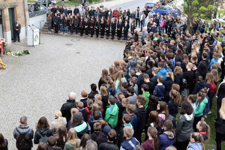 Schüler, Lehrer und Angehörige der Opfer hatten sich am Gymnasium versammelt.