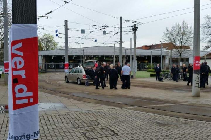 Der Straßenbahnhof Angerbrücke: Die Trams bleiben im Depot. Vor dem Straßenbahnhof streiken LVB-Mitarbeiter.