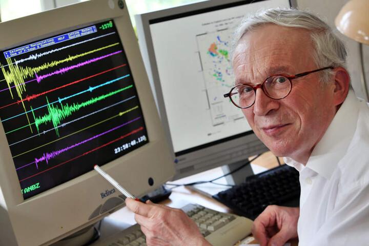 Der Seismologe Siegfried Wendt vom Geophysikalischen Observatorium der Universität Leipzig wertet Erdbeben aus.