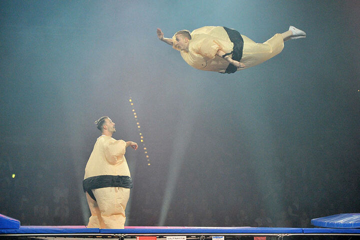 Ein bisschen Spaß muss sein: Sandro Belswenger und Tom Schlagmüller als SumoBoys auf dem Trampolin.