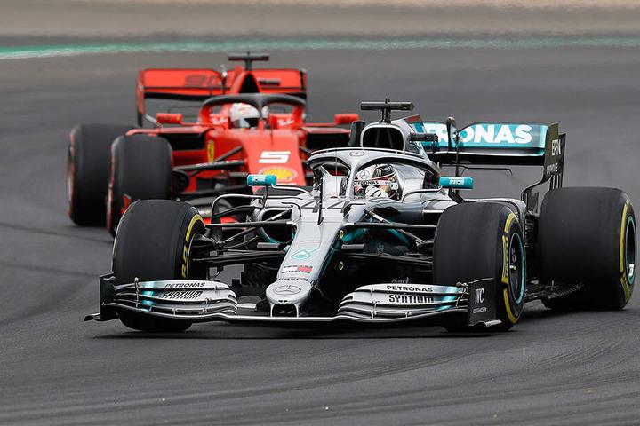Bild mit Symbolcharakter: Ferrari fährt seit Jahren der Musik hinterher. Vor allem der von Mercedes und Lewis Hamilton.