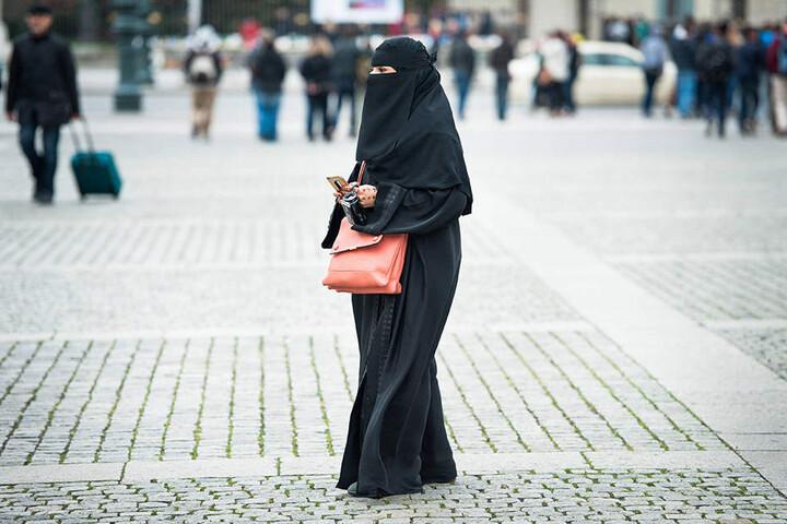 Bei einem Niqab ist lediglich die Augenpartie zu sehen.