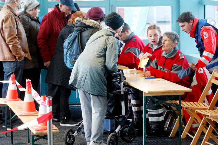 Menschen, die wegen der Entschärfung einer Fliegerbombe ihre Wohnungen verlassen mussten, kommen im Evakuierungszentrum im Schulzentrum Neurat an.