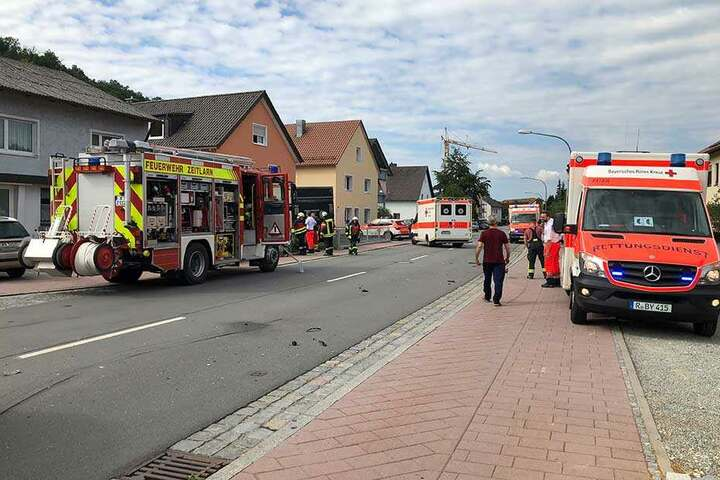 Mehrere Krankenwagen und die Feuerwehr sind an der Unfallstelle angerückt.