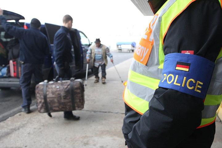Polizisten begleiten abgelehnte Asylbewerber zu ihrem Flugzeug. Auch Mohamed B. soll diesen Weg bald gehen.