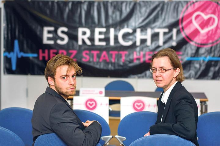 """Cornelius Brandmiller (25) und Rita Kunert (55) rufen zu """"Herz statt Hetze""""  auf."""