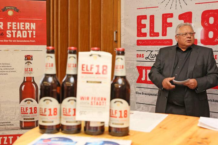 """Geschäftsführer Werner Weinschenk stellt das """"ELF18""""er Bier vor."""
