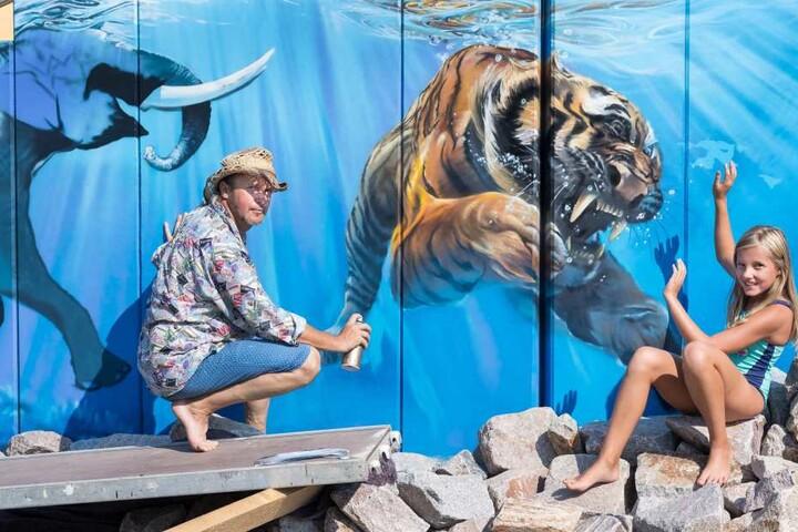 Der Graffiti-Künstler wollte etwas machen, über das vor allem Kinder sich freuen. Julie (10) ist vom tauchenden Tiger begeistert.