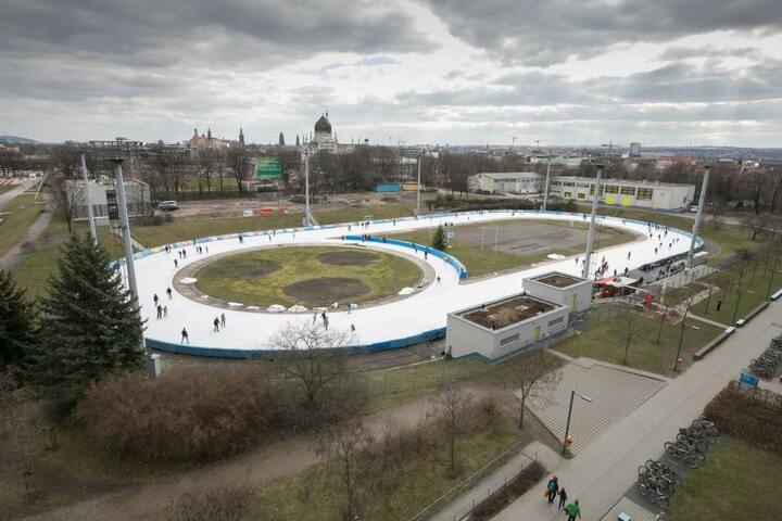 Am Sonntag sausten die Dresdner das wohl letzte Mal zum alten Preis über die  Eisbahn vor der EnergieVerbund Arena.