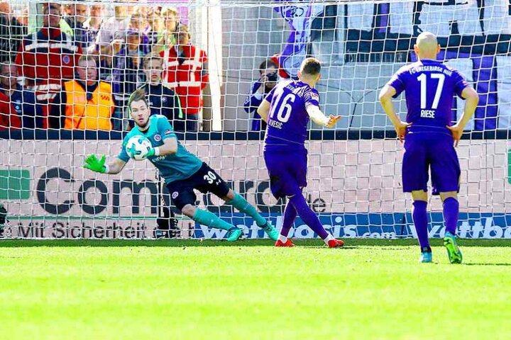 Mit rechts ins linke Eck: Mario Kvesic verwandelte den Elfmeter zum 2:1 gegen St. Pauli eiskalt.