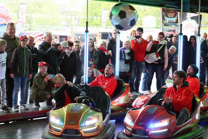 Fans gegen Spieler des FSV Zwickau: Auto-Scooter-Fußball auf dem Rummel machte allen Beteiligten Spaß.