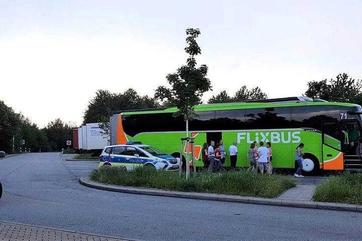 """Der gestrandete Flixbus auf dem A4-Rastplatz """"Löbauer Wasser""""."""