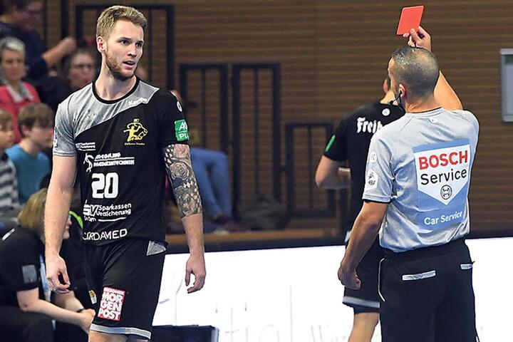Nils Kretschmer kann es nicht fassen. In der 43. Minute flog der Dresdner mit der Roten Karte vom Feld.