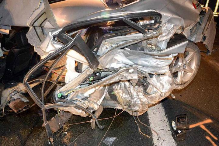 Die Autos erlitten einen erheblichen Schaden. Der Fahrer des BMW wurde lebensgefährlich verletzt.