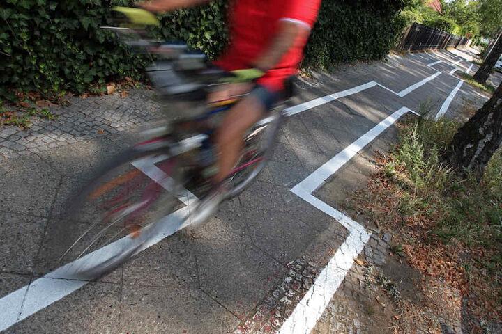 Der Radweg in Zehlendorf erforderte höchste Geschicklichkeit von den Radfahrern, sonst drohte ein schmerzhafter Sturz.