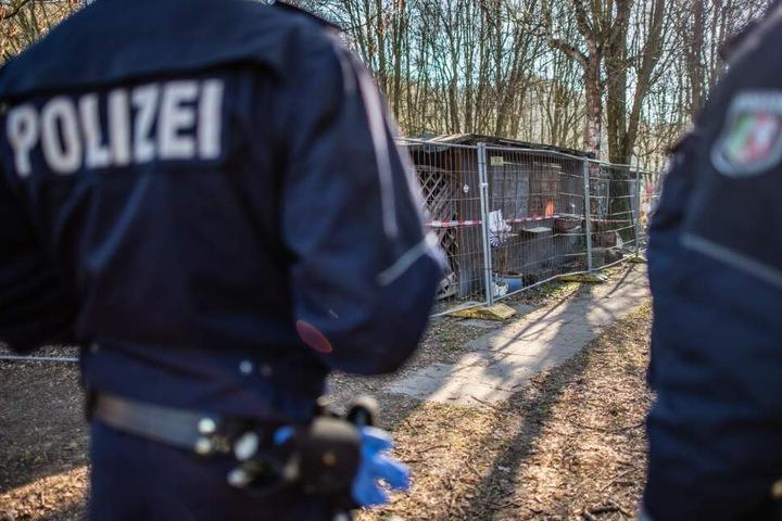 Zwei Polizeibeamte stehen auf dem Campingplatz Eichwald vor der Parzelle des mutmaßlichen Täters.