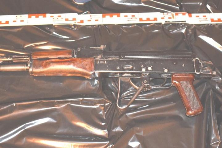 Auch ein Sturmgewehr vom Typ AK-47 fanden die Beamten.