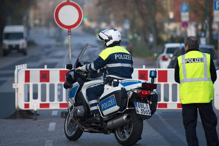 Polizisten sperren am Mittwoch in Potsdam eine Straße am Hauptbahnhof.