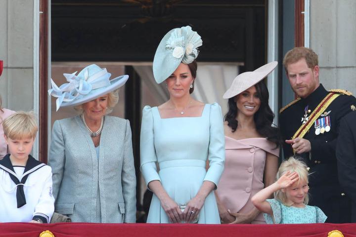 Herzogin Camilla (2.v.l), Herzogin Kate, Herzogin Meghan und Prinz Harry begrüßten anlässlich des 92. Geburtstags der britischen Königin das Volk auf dem Balkon des Buckingham Palastes.