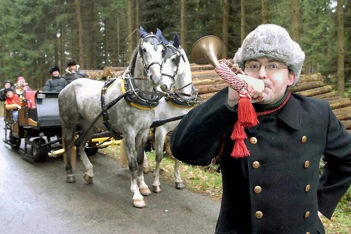 Vor zehn Jahren blies André Kaiser (heute 47) im historischen Gewand ins Horn, gab den Startschuss für die Ausfahrten in Sachsens einzigem Postschlitten.